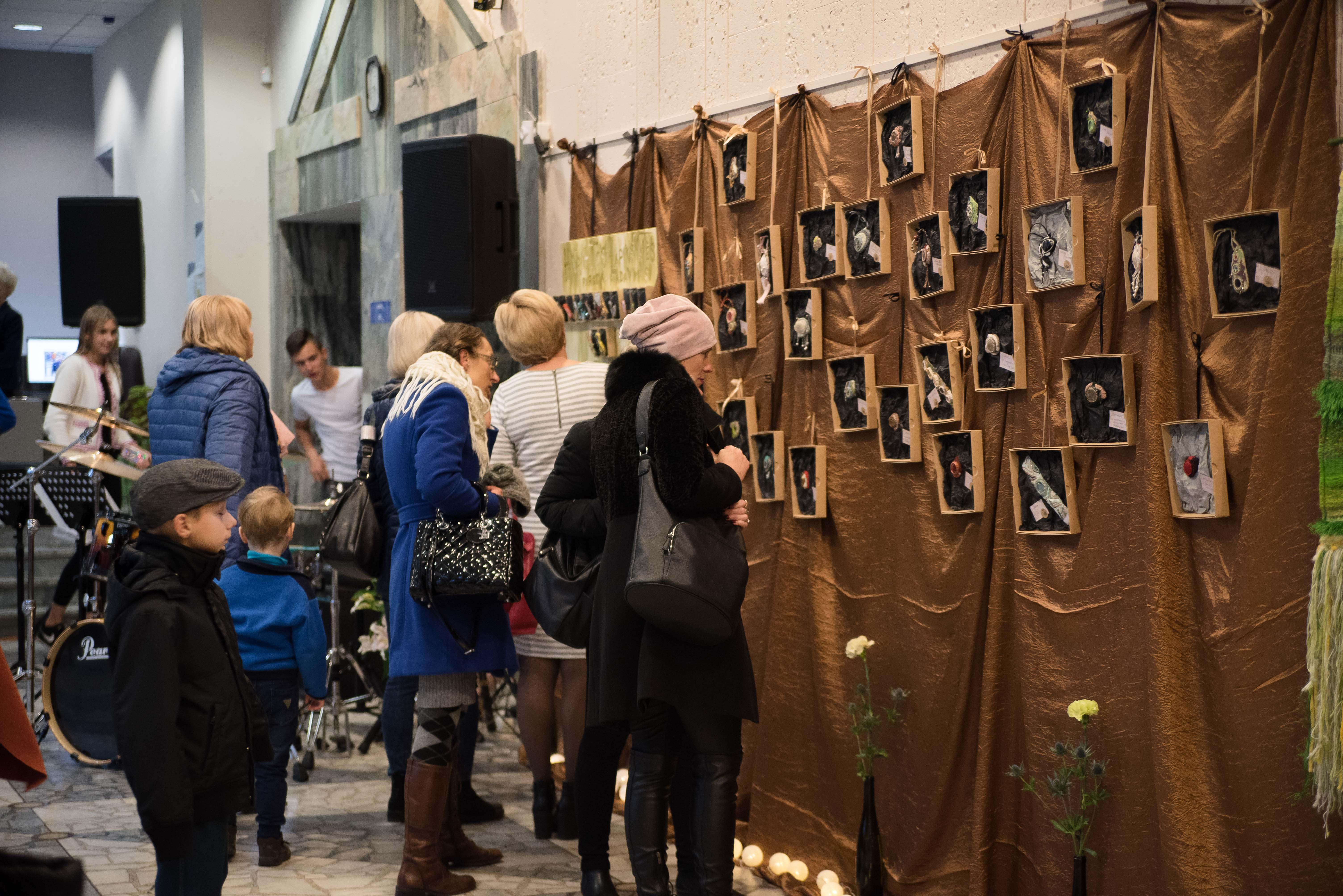 """Alytaus jaunimo centre veikia mokytojos Henrietos Lapinskaitės autorinių darbų paroda """"Trupiniai (45)"""""""