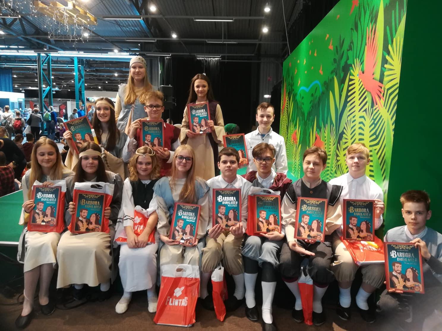 """Alytaus jaunimo centro dramos studija """"Skrajokliai"""" Vilniaus knygų mugėje"""