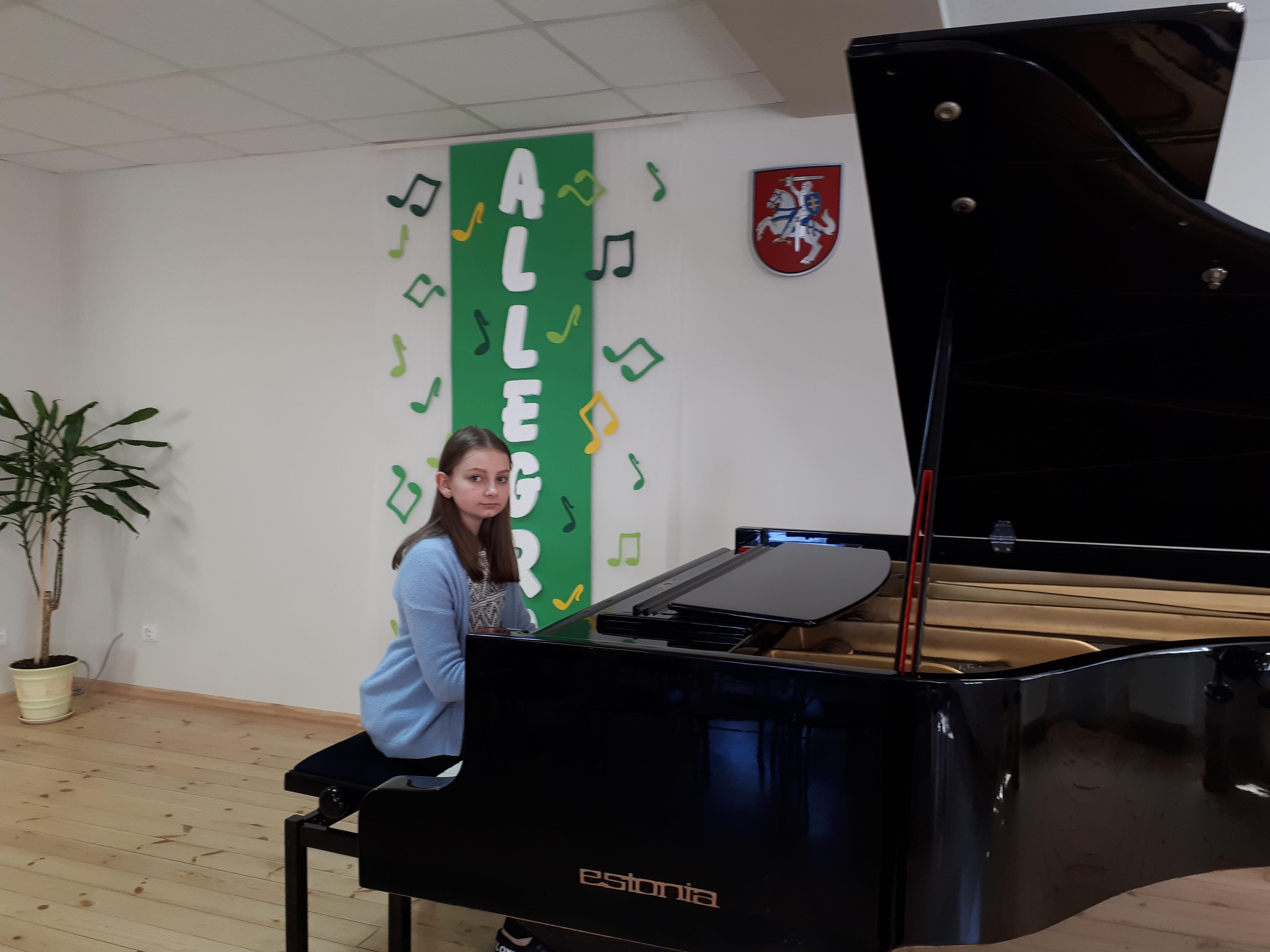 """Viltė Ūselytė X-ajame  respublikiniame jaunųjų pianistų techninės pjesės konkurse """"Allegro"""" laureatė"""