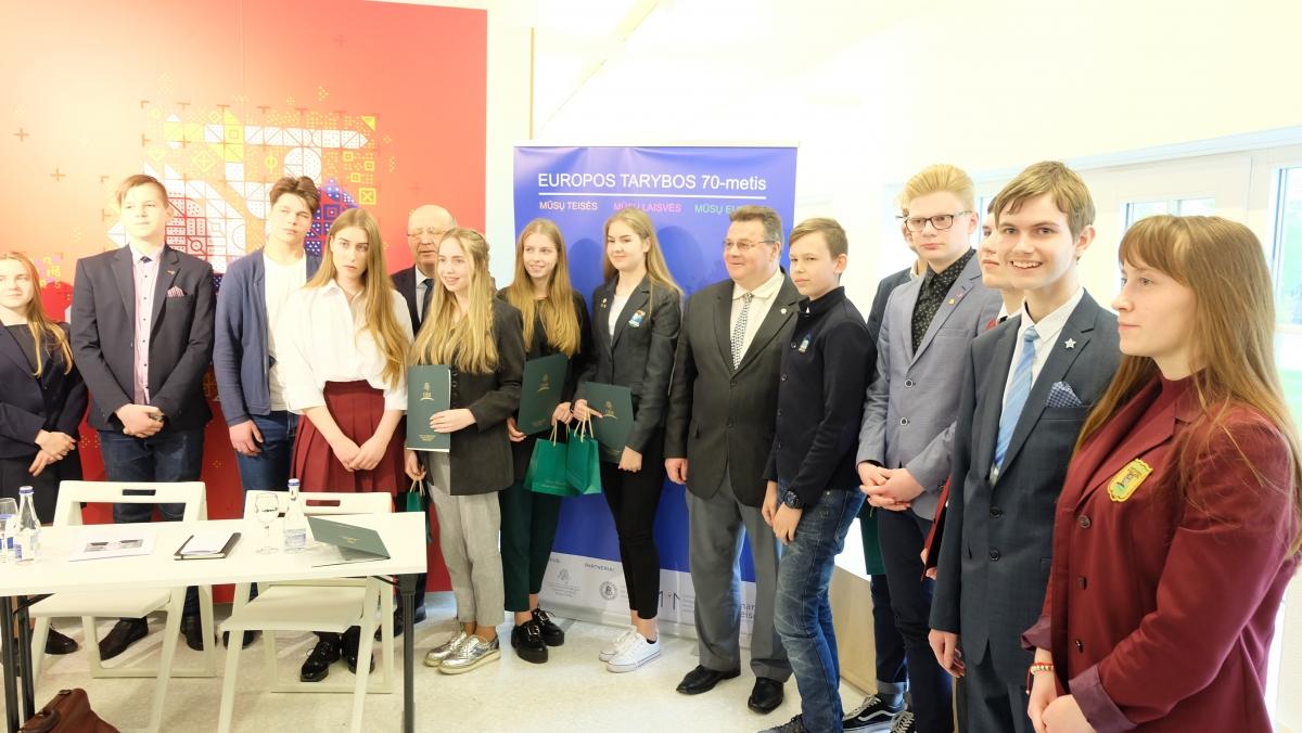 Jaunųjų žurnalistų kursų ugdytinei Gretai Karalevičiūtei – ministro Lino Linkevičiaus padėkos raštas
