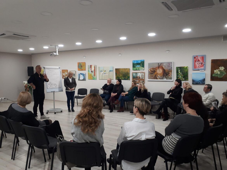 """Alytaus jaunimo centro mokytojai dalyvavo seminare """"Kaip atskleisti vaikų talentus remiantis veidoskaitos metodika"""""""